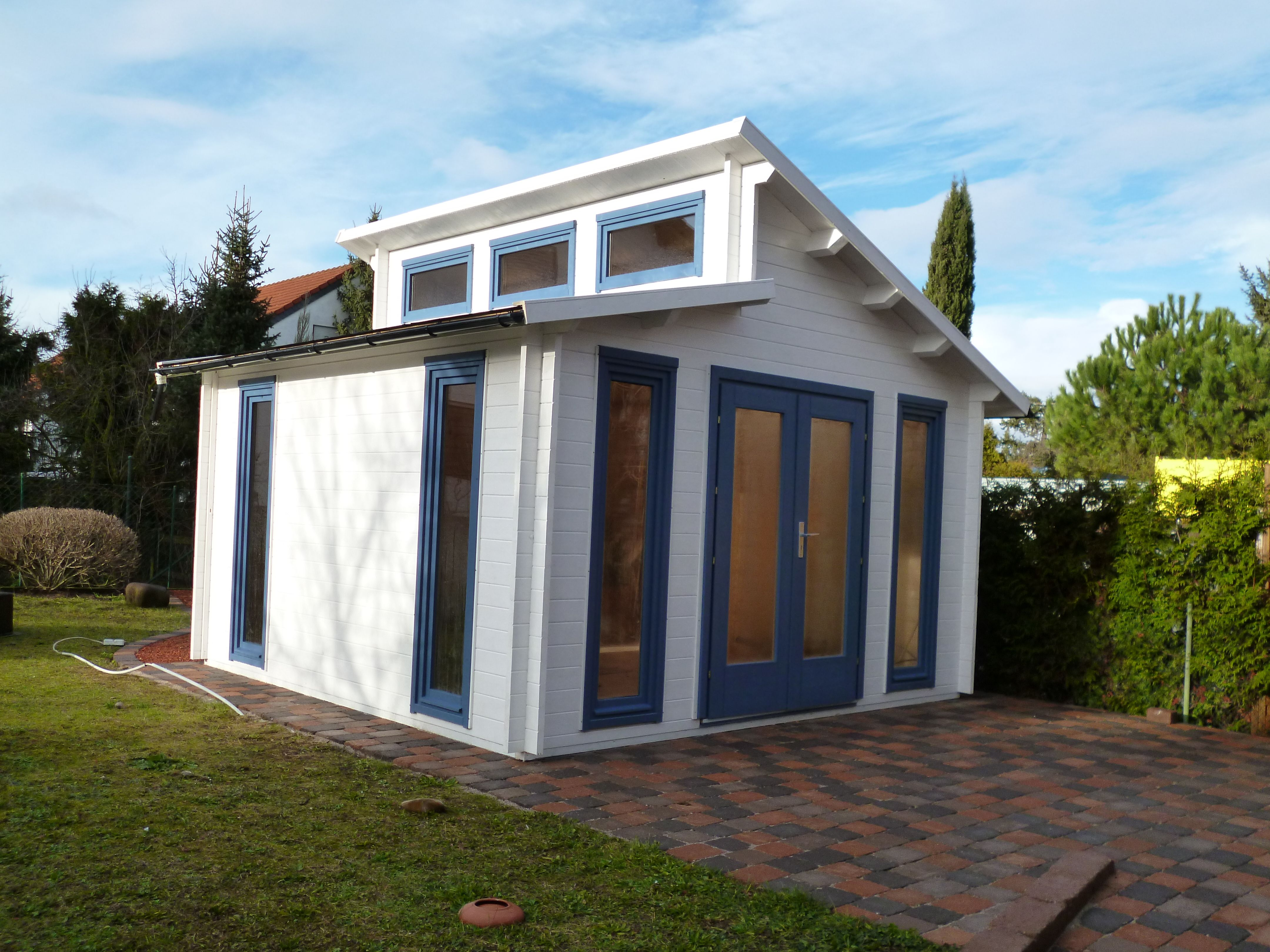 Pultdach Gartenhaus in Weiß und Taubenblau. Gartenhaus