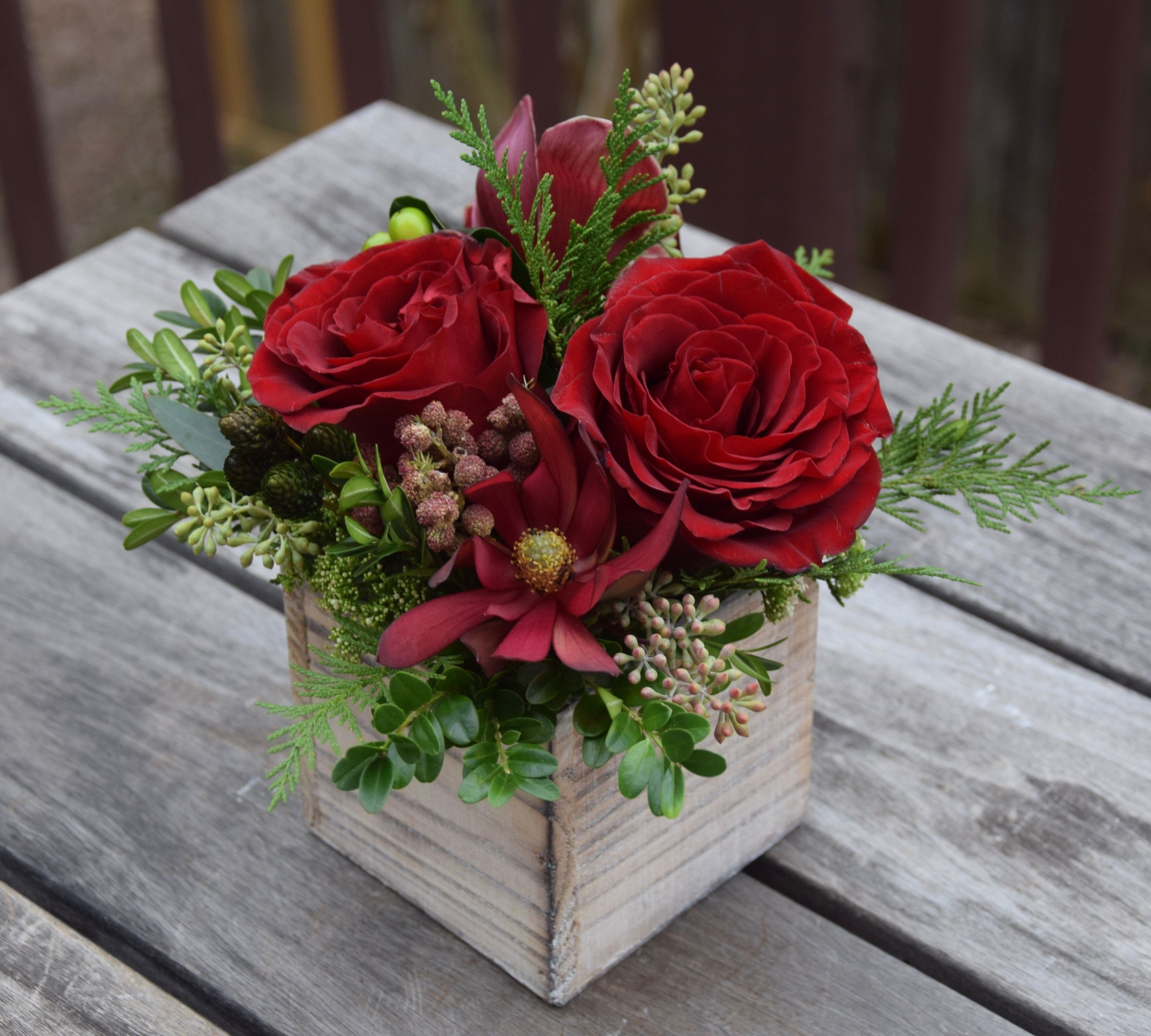 Petit holiday flower box. Fresh flowers arrangements