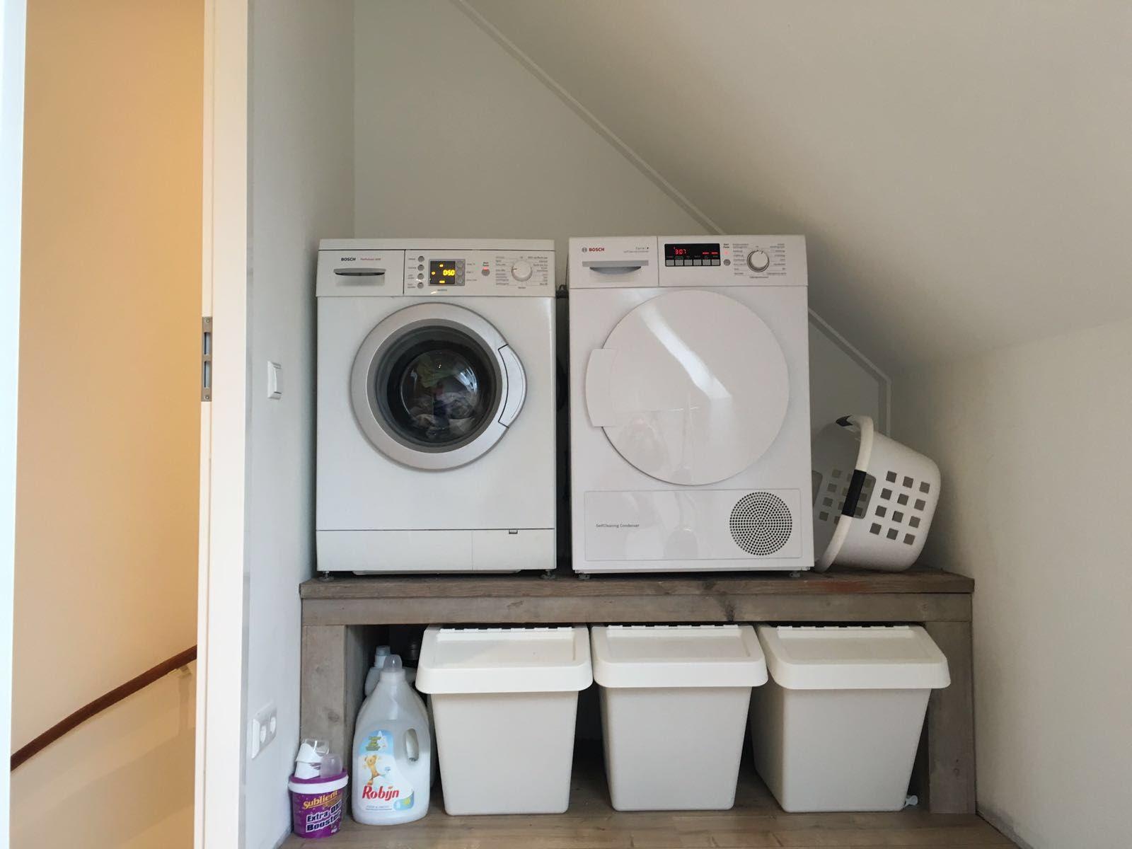Onze mooie wasmachine en droger verhoging met Ikea wasmanden eronder ...