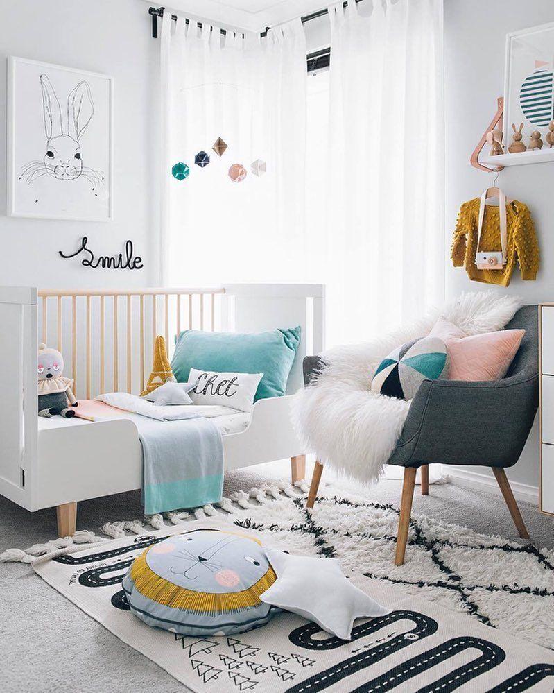 chambre de bebe moderne design lit a barreau tapis pouf rideaux ...