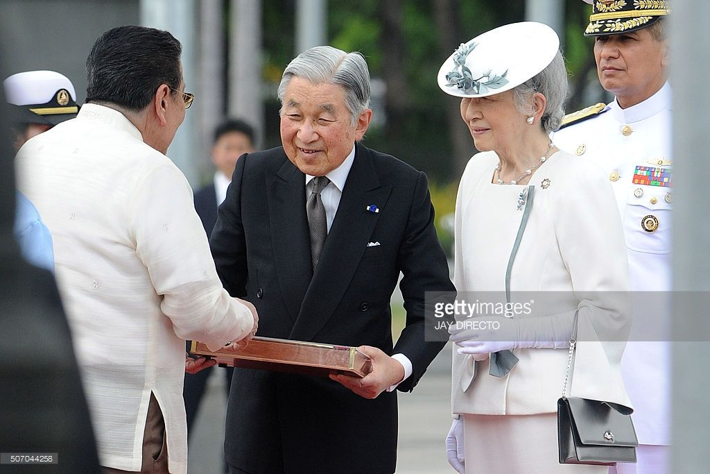 Japan's Emperor Akihito (C) receives a symbolic key of Manila from Manila Mayor Joseph Estrada (L) as Empress Michiko (2nd R) looks following a wreath laying ceremony at the monument to Philippine national hero Jose Rizal in Manila on January 27, 2016. The Japanese emperor and empress are on a five-day visit to the Philippines.   AFP PHOTO / Jay DIRECTO / AFP / JAY DIRECTO        (Photo credit should read JAY DIRECTO/AFP/Getty Images)