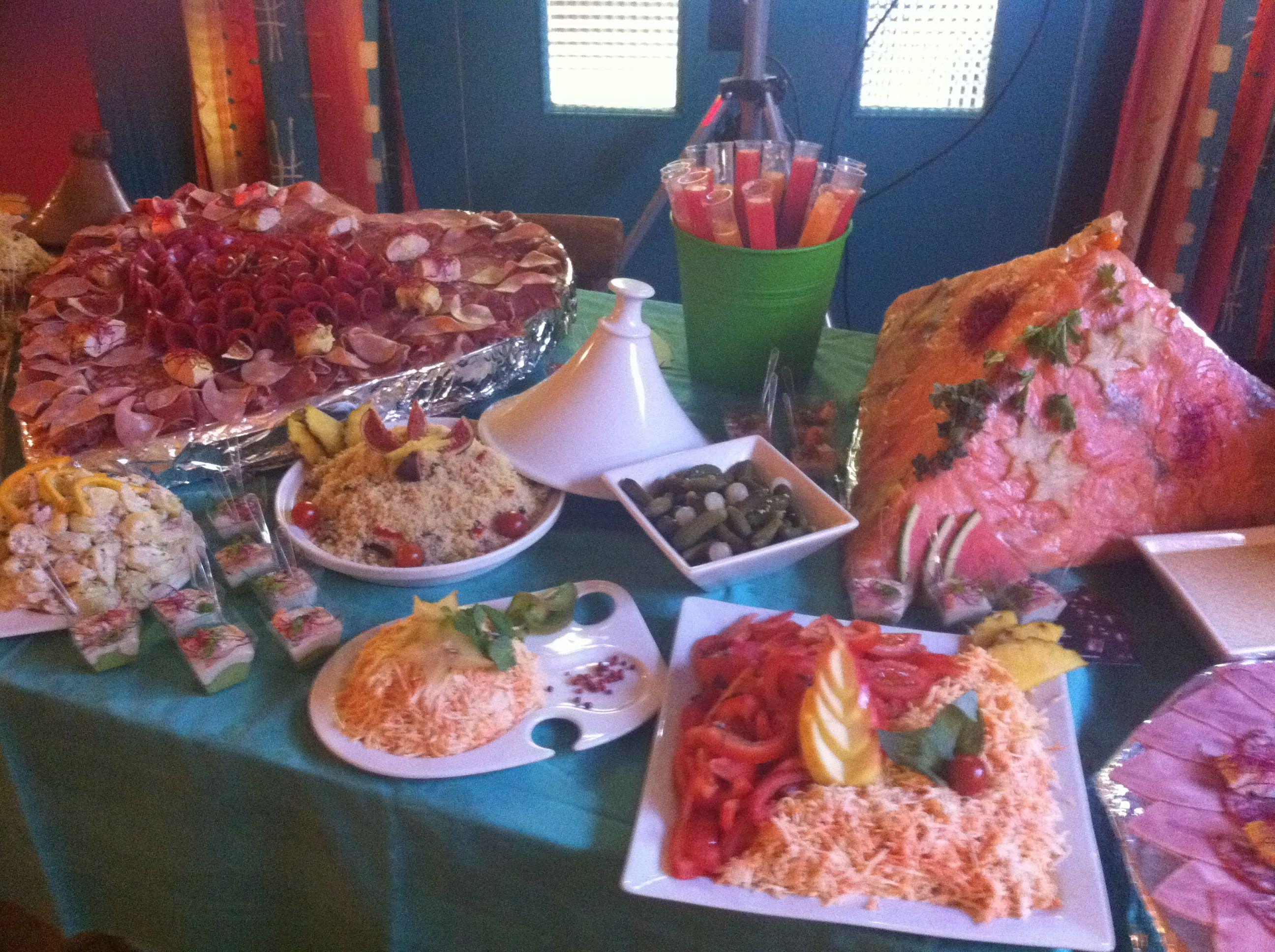 Buffet froid compos par taboul salade de riz salade de tomates salade pi montaise - Idee plancha party ...
