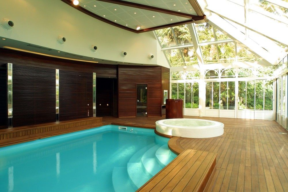 Piscine int rieure design caron piscines piscines d for Hotel avec piscine interieur
