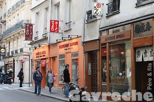 alignement de restaurants japonais rue sainte anne. Black Bedroom Furniture Sets. Home Design Ideas