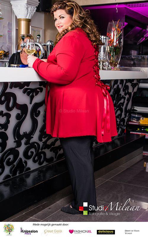 Feestshoot 2014: Studio Milaan, Lovefashionxl en groot Gelijk. Rood jasje van Carleoni.