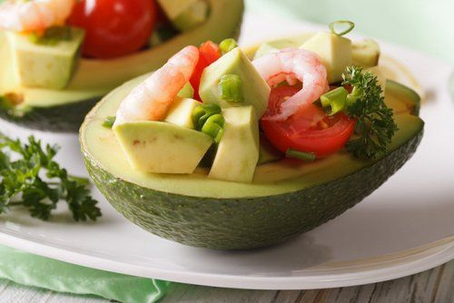 Aguacate Relleno con Gambas y Tomate