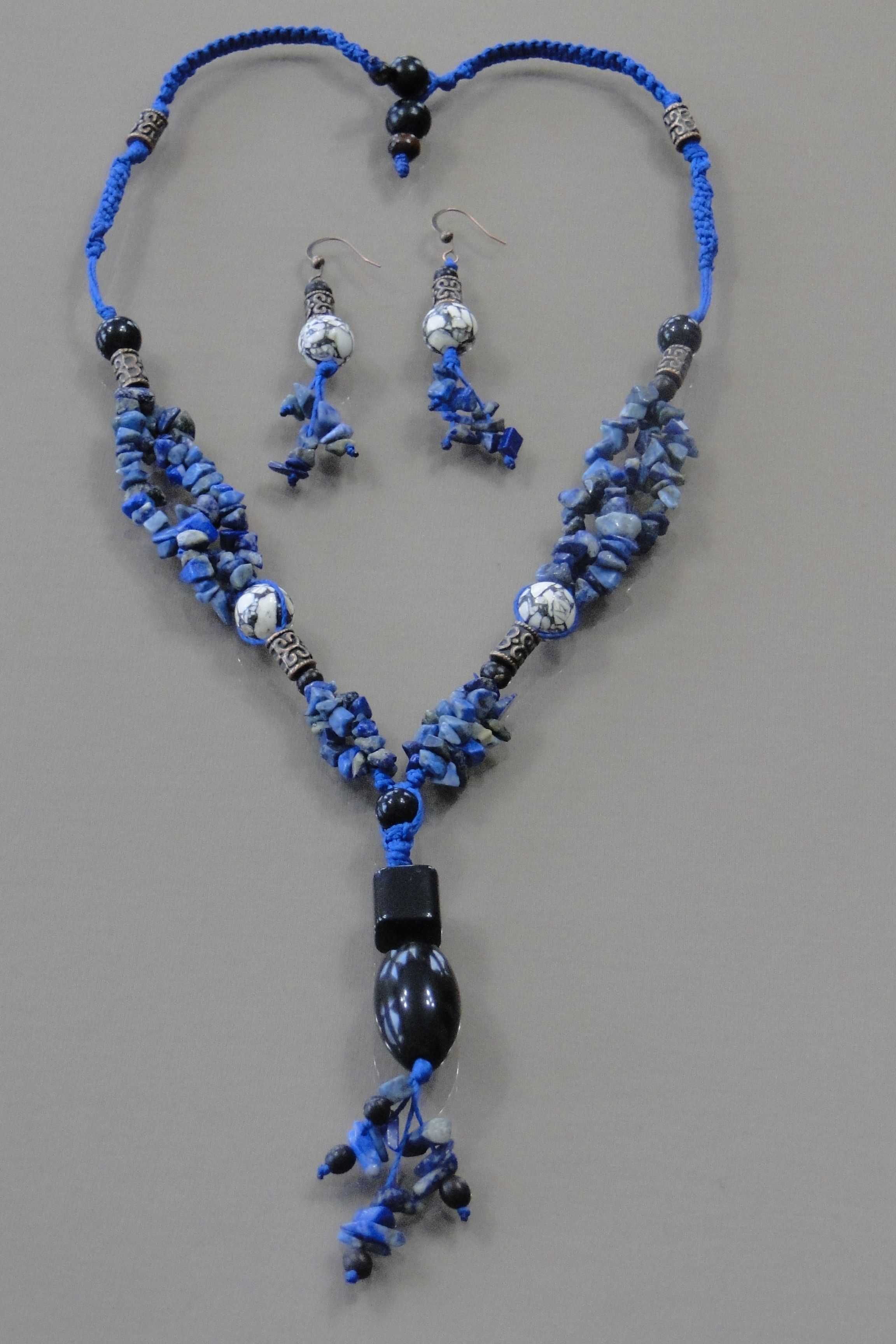 Long necklace 30cm with mixed size black taguas. Metal spacers, chipped stone and Chinese stone, Acai seed and waxed thread.