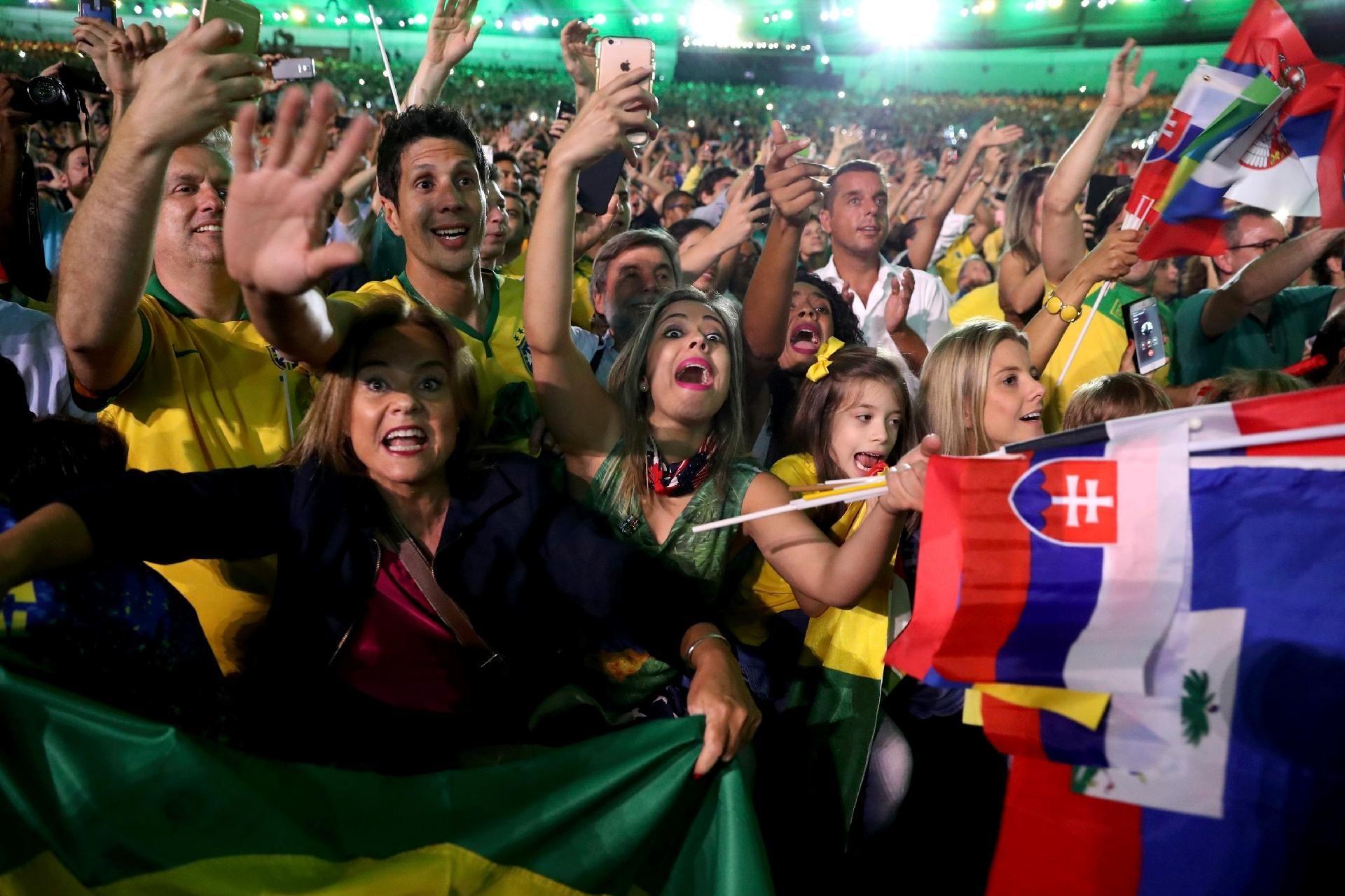 Cerimônia de abertura da Olimpíada - 5 8 2016 Brasileiros e eslovacos  acompanham a cerimônia de abertura da Olimpíada do Rio de Janeiroimagem   DAMIR SAGOLJ  ... 7b1d6abfe782e