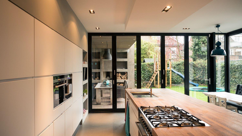 Muurvullende keukenwand ovens daarin natte deel in kookeiland