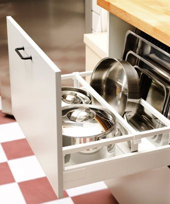 Otvorená kuchynská zásuvka s priehradkami