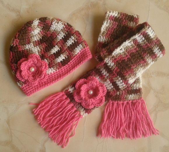 Touca e cachecol confeccionados com lã matizada e detalhes em rosa ... 6bf6b476c4f