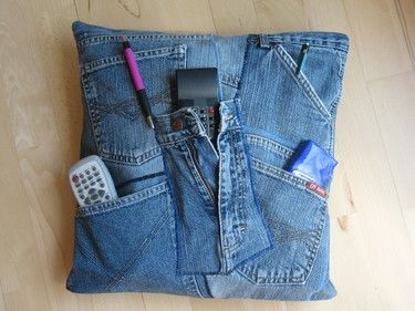 cushion made from jeans kreativ ideen do it yourself recycle jeans denim crafts und denim ideas. Black Bedroom Furniture Sets. Home Design Ideas