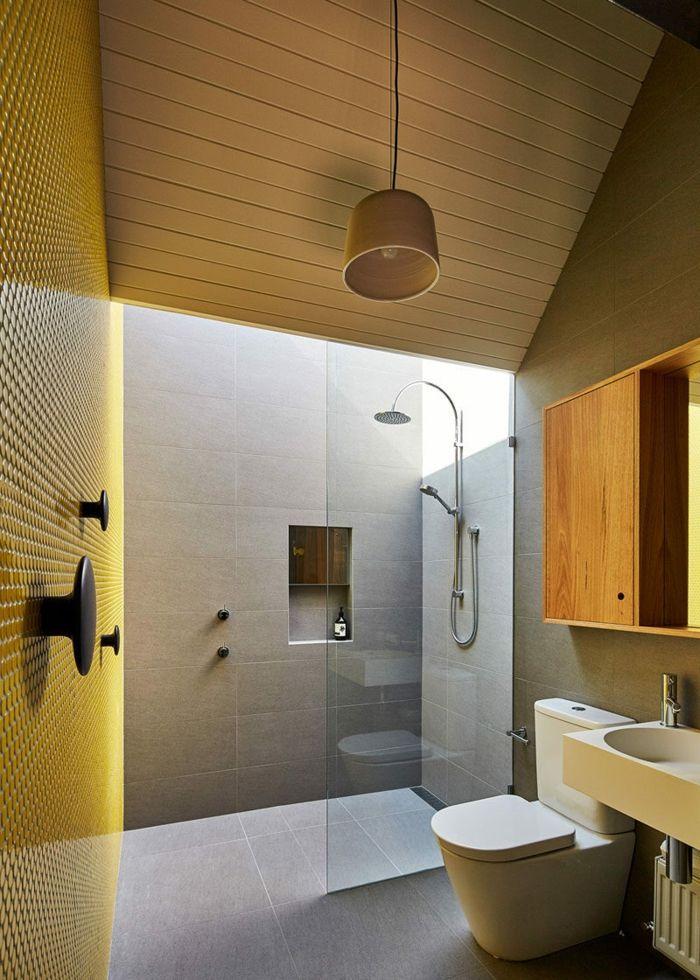 Duchas de obra ba o con techo inclinado con lamas de - Banos con suelo de madera ...