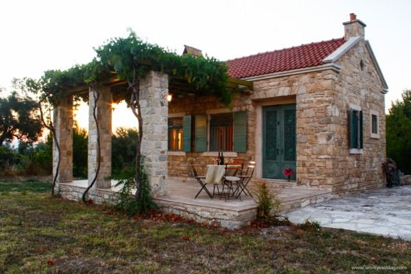 Gorgeous Small House. Love The Patio/arbor. (website Not In English)
