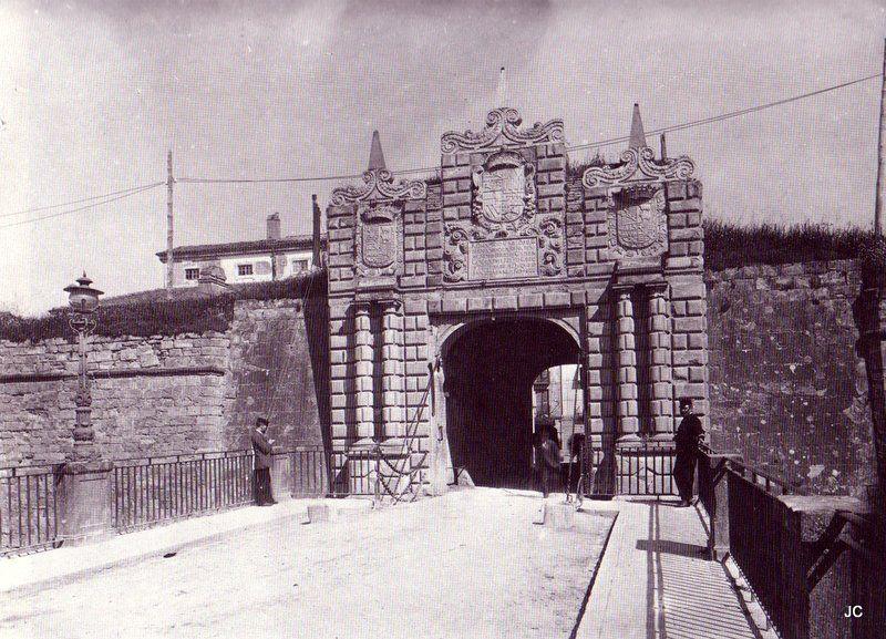 #Pamplona #Navarra. Portal de San Nicolás, entrada sur a Pamplona. Esta puerta ahora la podemos ver en la Taconera.