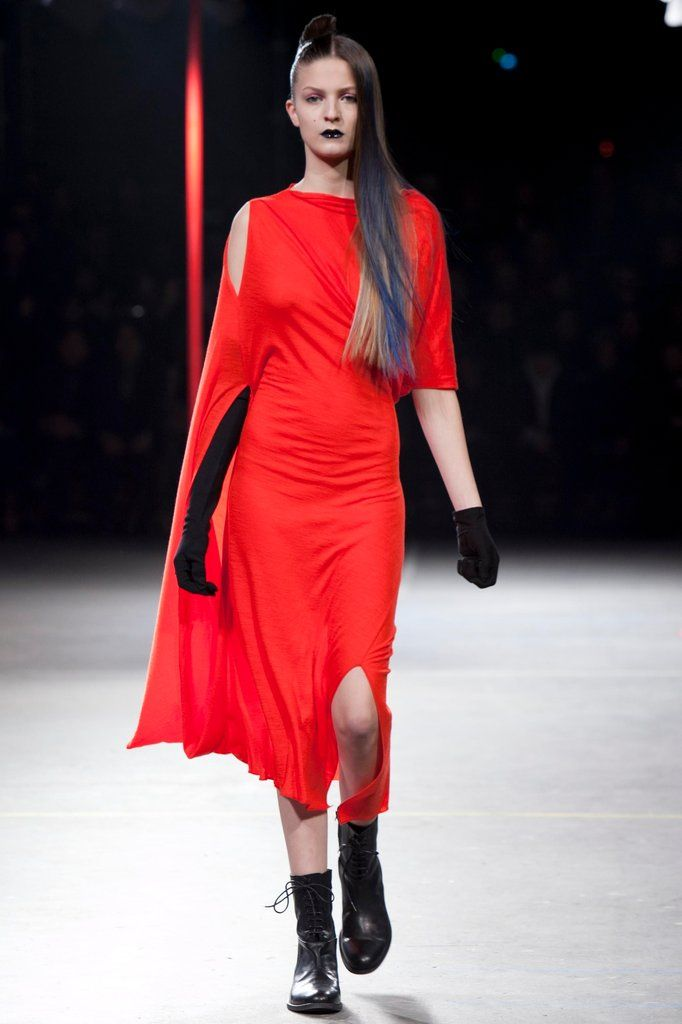A look from the Yohji Yamamoto Fall 2012 RTW collection.