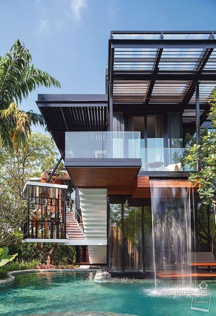 Hier Ist Ein Zweistöckiges Container Haus Mit Pool, Einem Wasserfall Und  Einem Garten Mit Bäumen Und Palmen