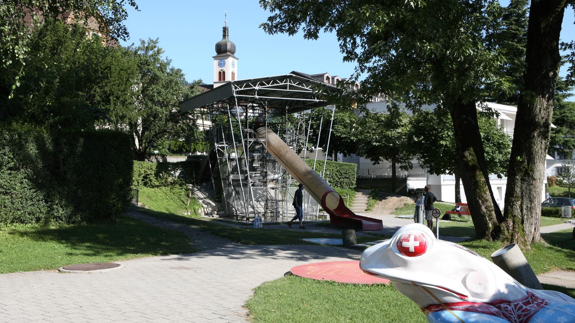 Die sieben Meter hohe Murmelbahn mit integrierter Rutschbahn.