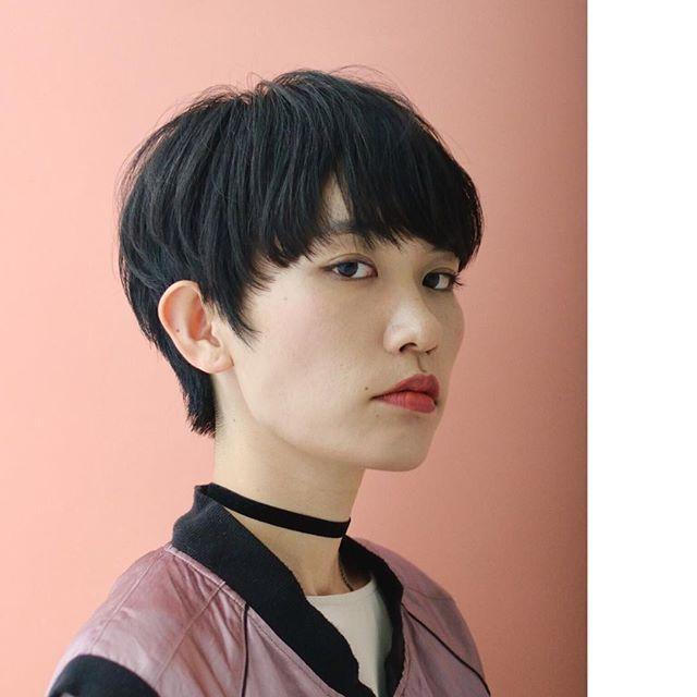 BRIDGE  小松圭介 春はピンク押し🐤 黒髪のマニッシュなショートカット マッシュベースだけど軽さを取り入れて 耳を完全に出してもディテールを柔らかくしました ショート中毒の方、このパターンも試してはいかがでしょう? #ショートカット#ショートヘア #マニッシュショート #黒髪ショート #ピンクコーデ #komatsukeisuke