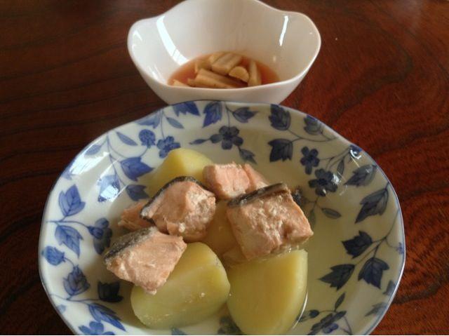 久しぶりに鮭をいただきました。 - 9件のもぐもぐ - 鮭と新じゃがの塩バター煮 by kenjishibatuji