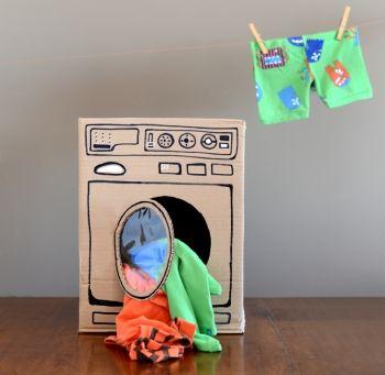 """Il """"buco"""" della lavatrice, con la sua finestrella a portata di mano, è un richiamo fortissimo per i bambini, uno spazio perfetto per occultare il telecomando della televisione, i pupazzi, il biberon e tante altre cose totalmente imprevedibili. Ecco, allora, una lavatrice di cartone a misura di bambino, che consente ai bimbi di giocare imitando i grandi, offrendo loro un'alternativa agli elettrodomestici reali."""