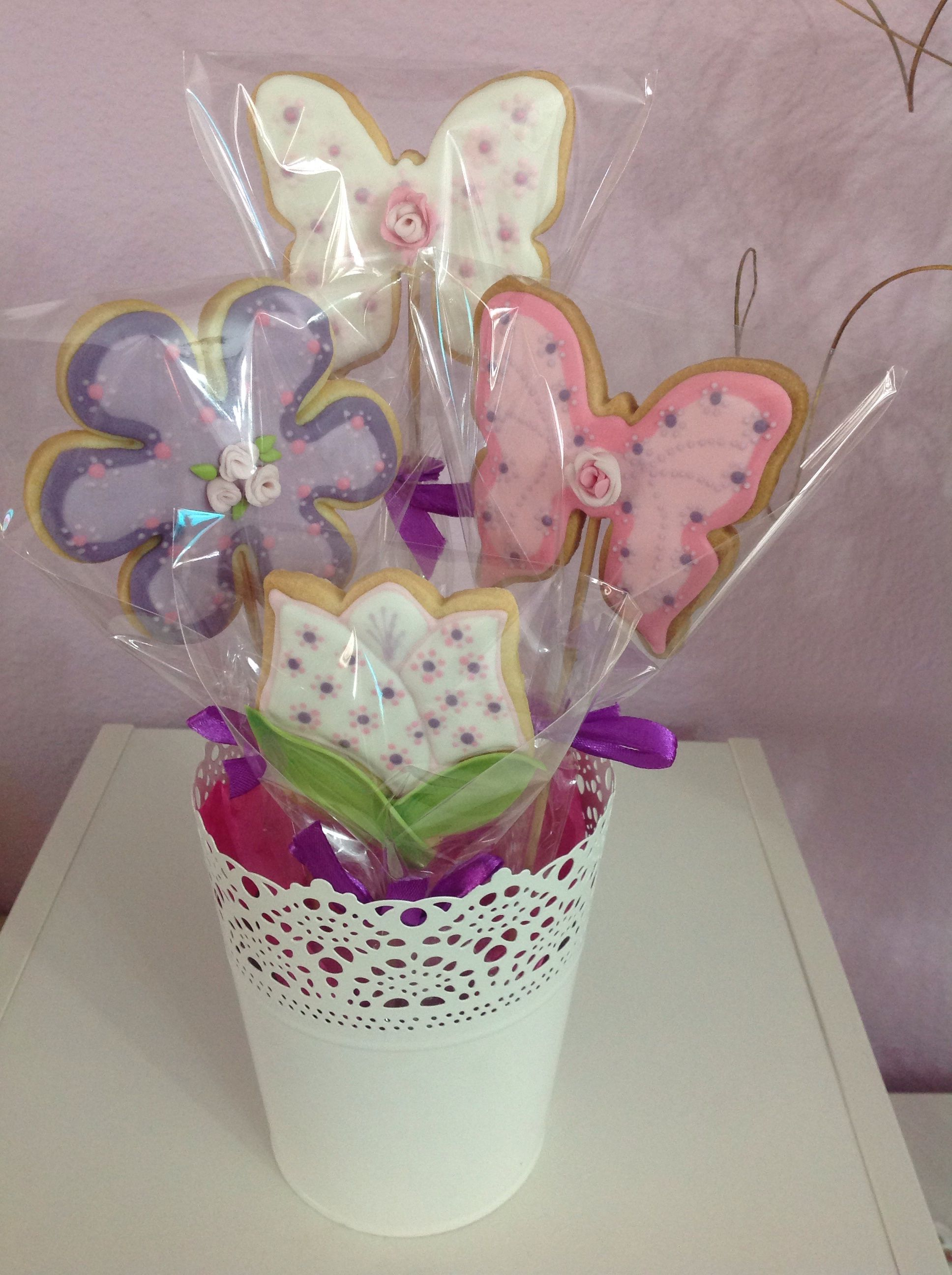 Butterflies and flowers icing cookies.
