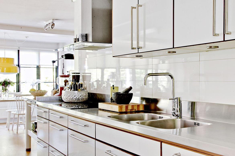 Modernt kök från Ballingslöv med Franke diskbänk, bänkskiva i ...