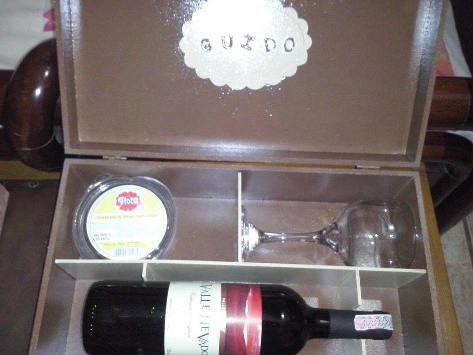 Parte interna da caixa, toda pintada com nome personalizado, lugar p/garrafa, a taça personalizada com nome gravado nela, e acompanhada de castanha. p/petisco