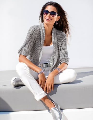 locker verstrickte damen strickjacke im bändchenstrick mit glanzeffekten sonnenbrille mit