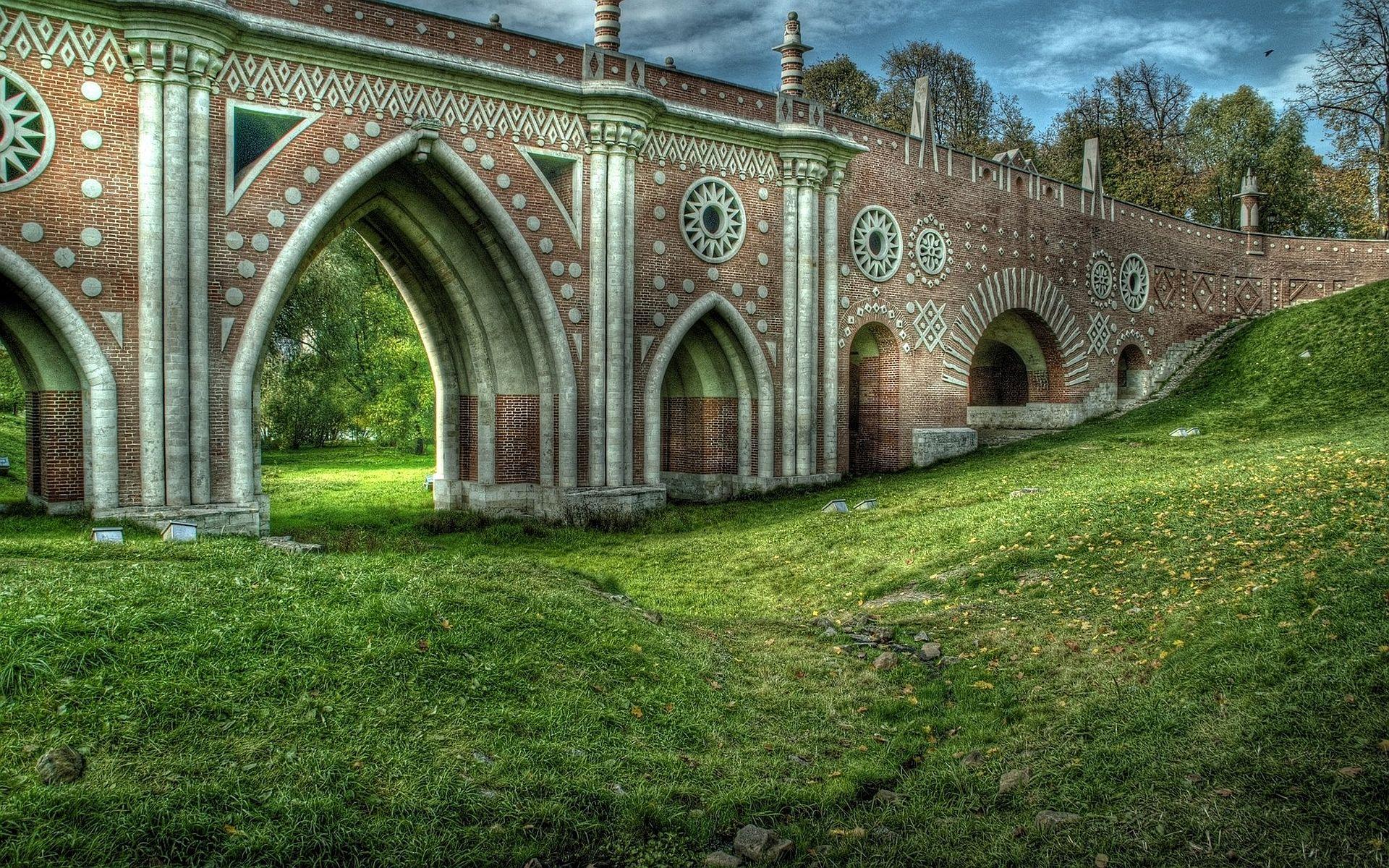 El gran puente de ladrillo rojo decorado, en el parque Tsaritsyno (Donde Catalina la Grande comenzo a construir su palacio imperial en el siglo XVIII y que nunca se terminó), Moscu, Rusia.