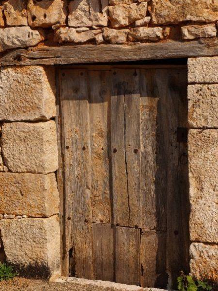 Puerta y dintel de madera en fontioso puertas antiguas for Puertas de madera y hierro antiguas