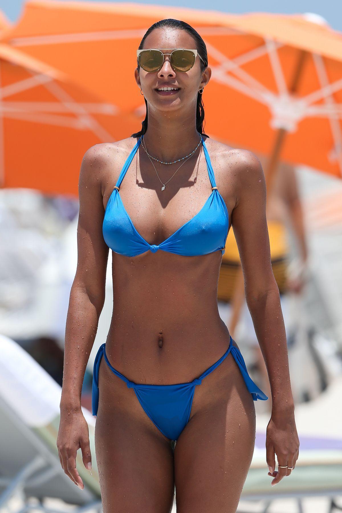 152b61787db3 Lais Ribeiro viste un pequeño bikini en la playa de Miami lais ...