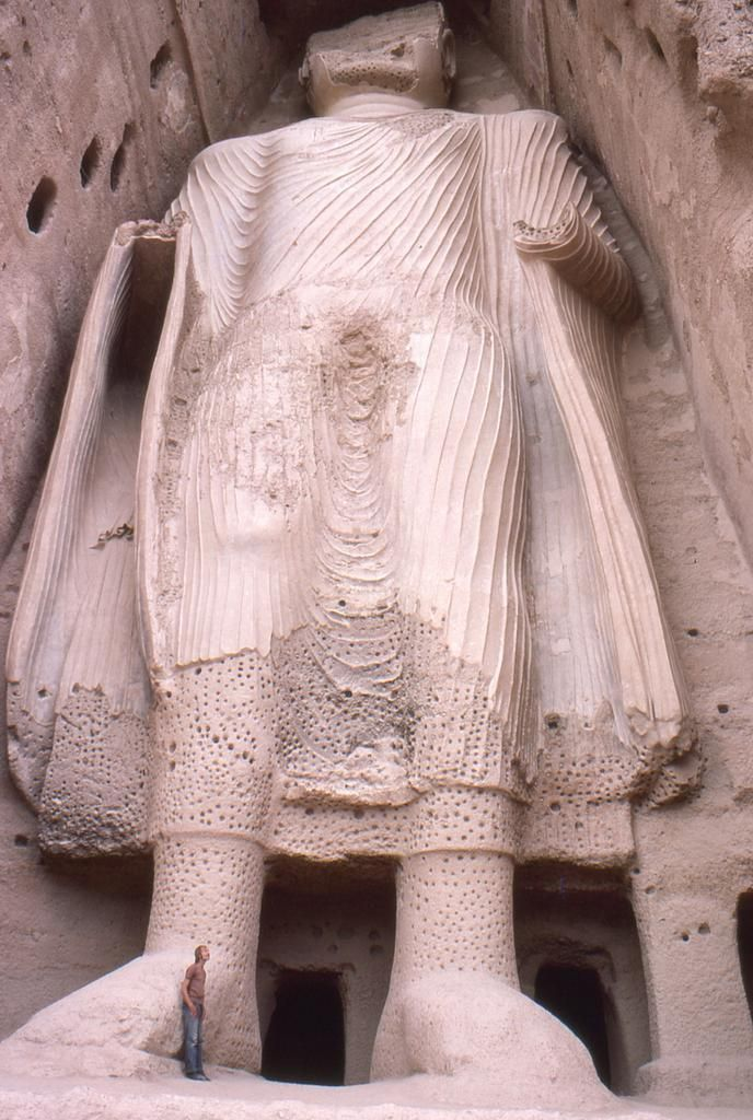 One of two statues of Buddha in Bamiyan, destroyed in 2001, Afghanistan, 6th century . pic.twitter.com/tKGdyFU3Bm