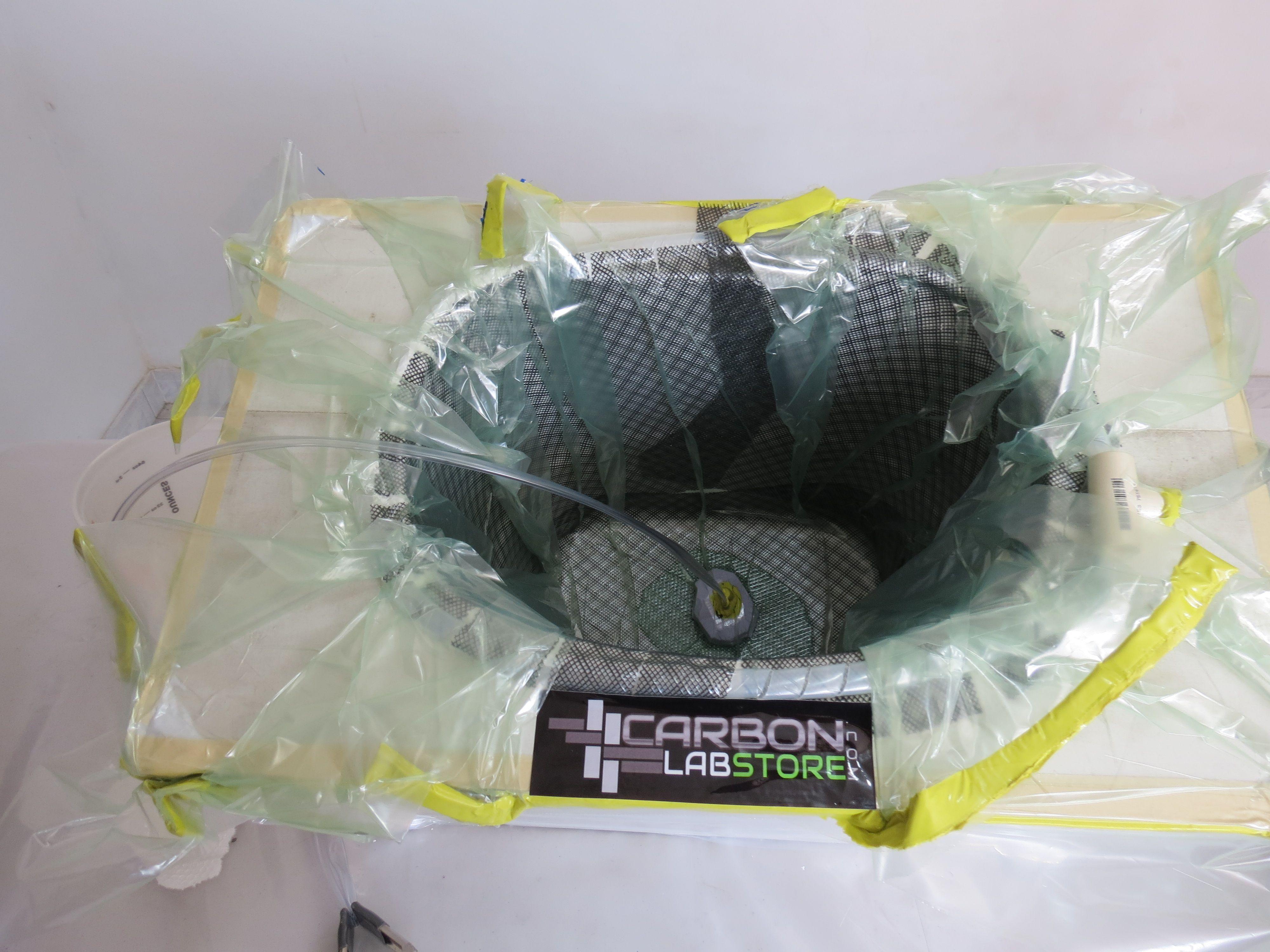 Inicio de la transferencia de resina al molde por el proceso de infusión. Para mayor información, visita: www.carbonlabstore.com