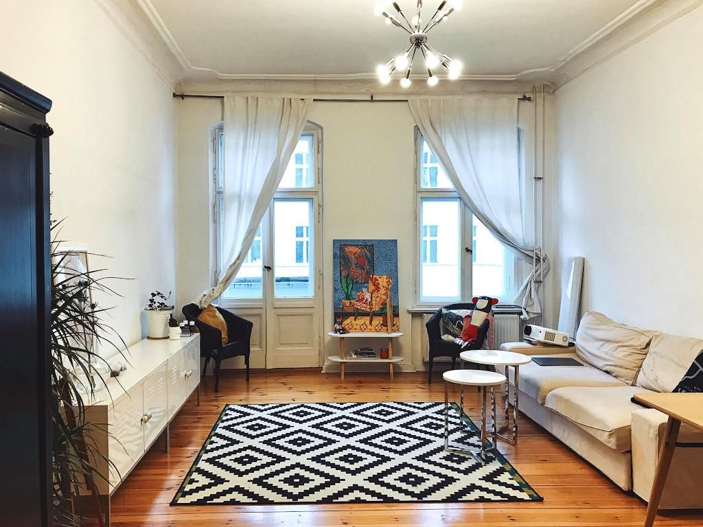 Wohnzimmer Mit Parkettboden Geometrischem Teppich Und Grosser Couch Einrichtung Interior Wohnzim Schlafzimmer Einrichten Schoner Wohnen Schlafzimmer Wohnen