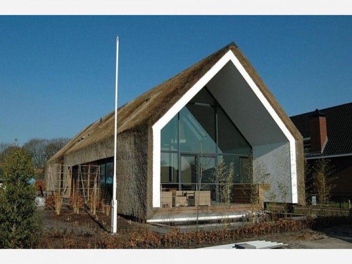 Modern rieten huis. rieten daken zien we vaak alleen in klassieke