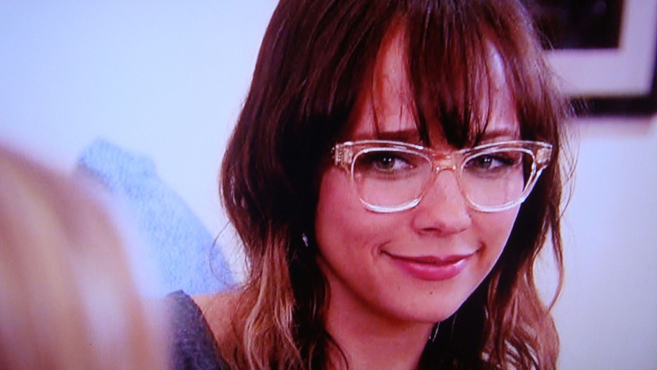 rashida jones wearing clear eye glass frames