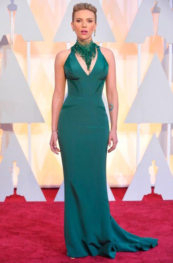 Oscars 2015: Scarlett Johansson looks rather awkward as John Travolta leans  in for a kiss | Scarlett johansson, Celebrity dresses, Stunning gowns