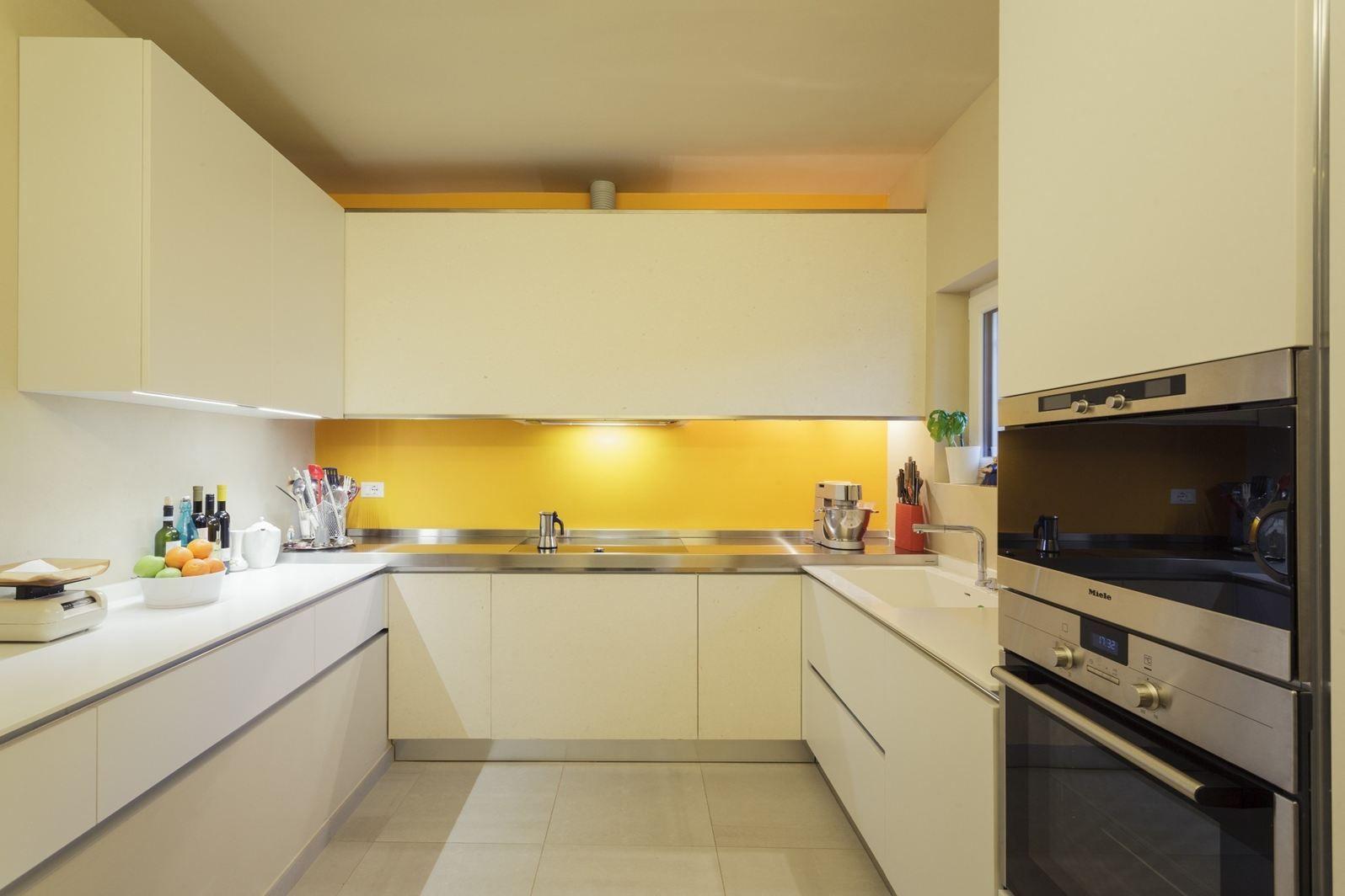 50 idee di colore paraschizzi per una stupenda cucina for Piccola cucina a concetto aperto