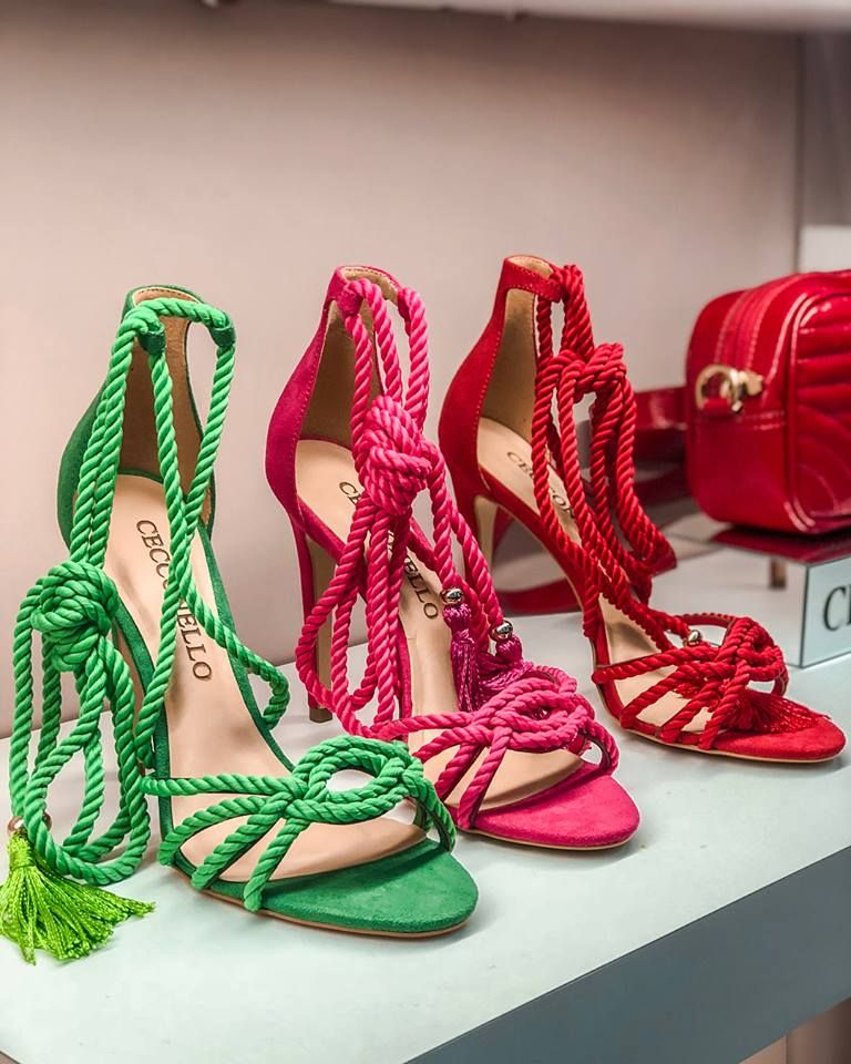 619c6b1940 Tendência Sapatos Verão 2019. Sandálias. Moda 2019. Verão. Moda feminina.  Sandálias. Cordas. Cores vibrantes. Sandália verde. Sandália pink.