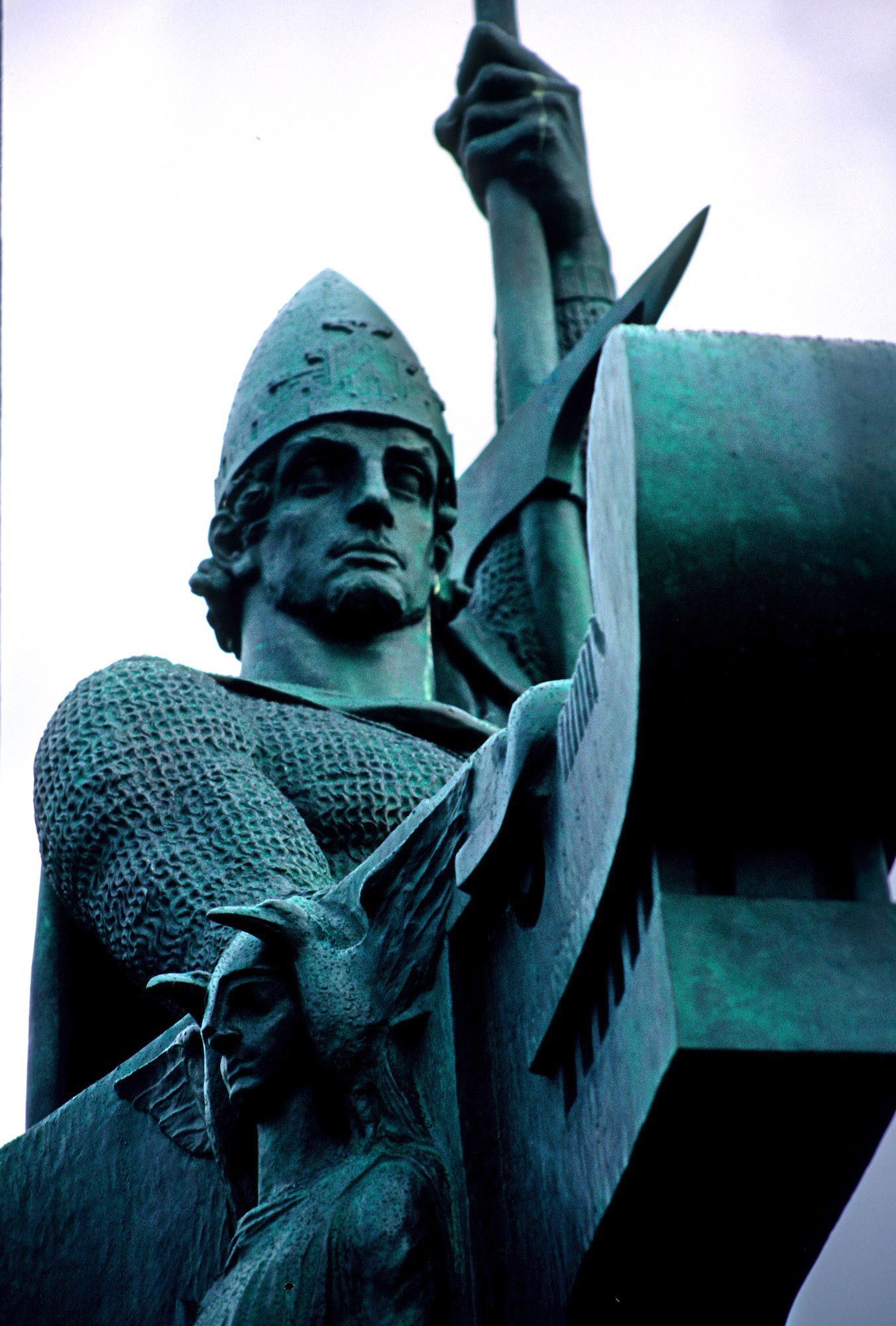 Cerca del edificio del Gobierno, y mirando hacia la bahía, se encuentra la estatua de Ingolfur Arnarson.