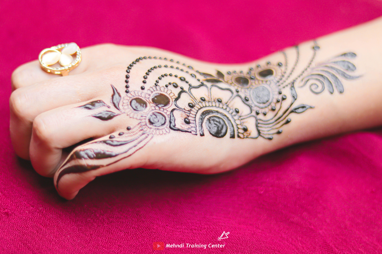 نقش الحناء تعليم نقش الحناء خطوه بخطوة للمبتدئين طريقه جديده وسهله في الحناء نقش الحناء 2020 Mehndi Designs Henna Hand Tattoo Henna
