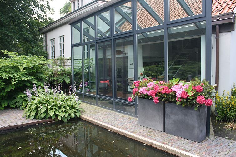 Pflanzkübel Raumteiler an einer Hauswand mit Glasfront vor einem ...