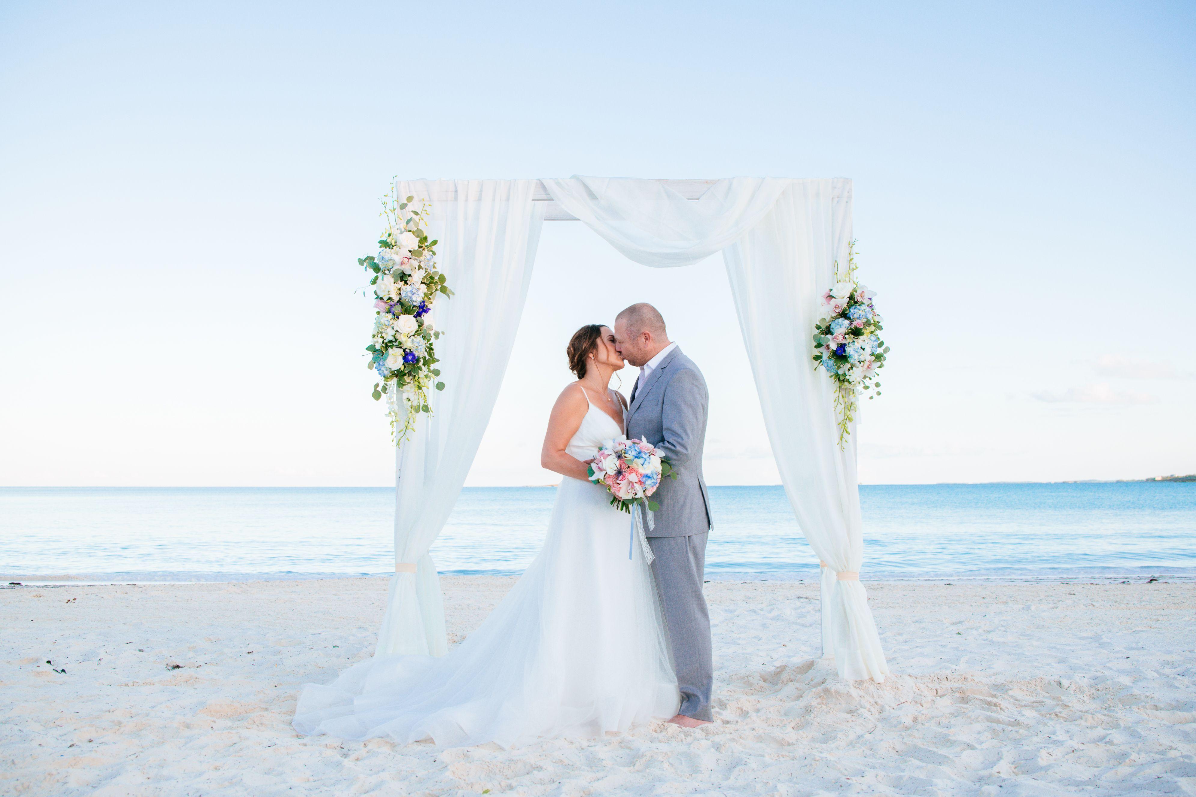 Elopement In The Bahamas Chic Bahamas Weddings In 2020 Bahamas Wedding Elope Wedding Elopement
