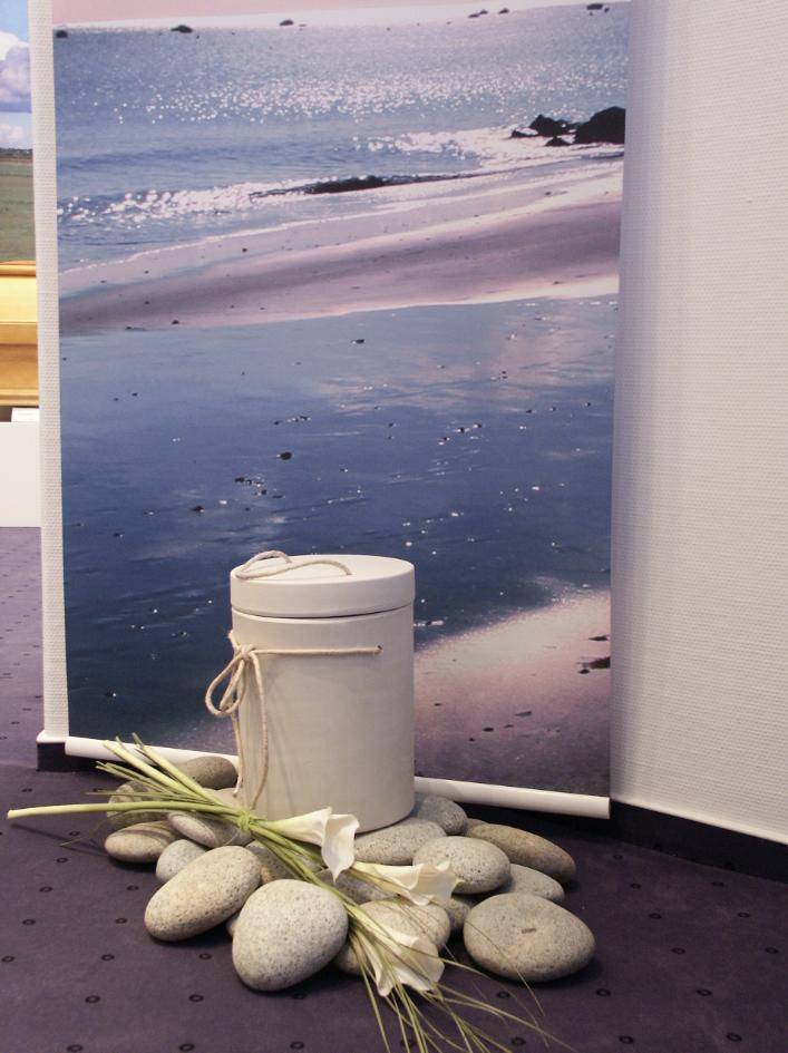 Bestattungsinstitut: Ausstellungsraum für Urnen und Särge