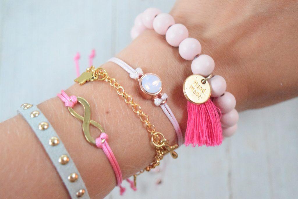 Maak met behulp van deze leuke DIY je eigen Swarovski armband. http://goyalifestyle.nl/diy-maak-je-eigen-swarovski-armband/