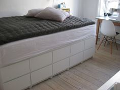 Afholte Seng med opbevaring, bygget af Ikea kommoder. | Byg en seng i 2019 TZ-82