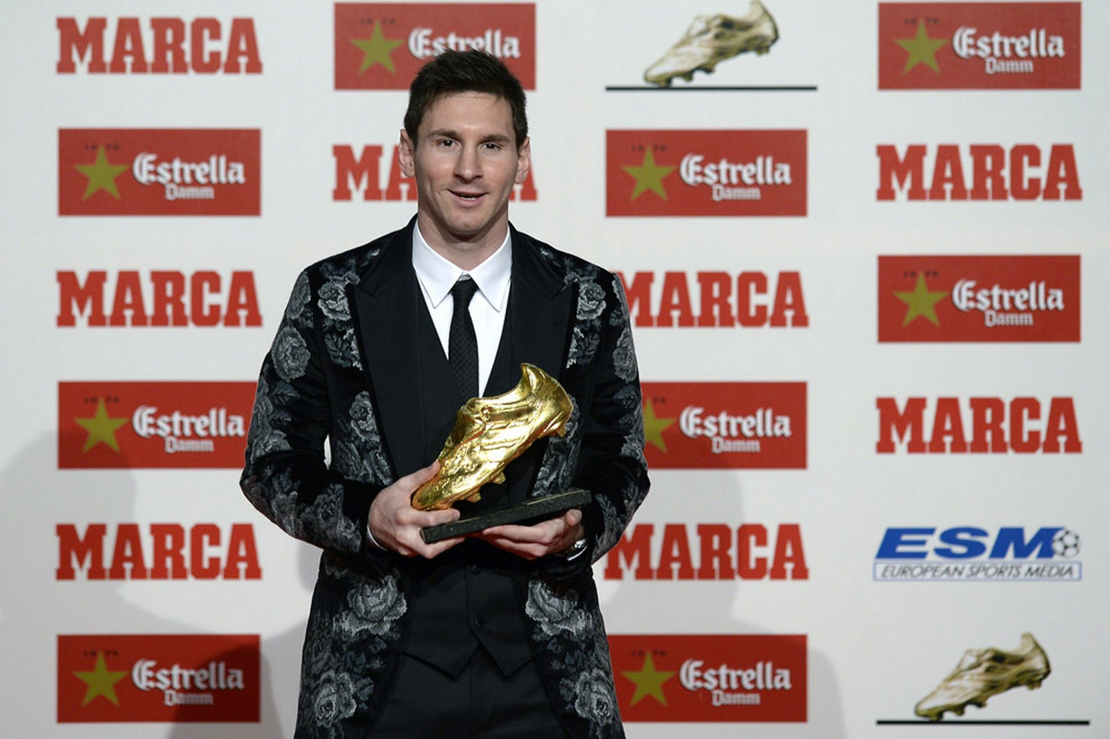 Best football player of all time httpwallpaperzoobest leo messi receives its third golden boot m4hsunfo Choice Image