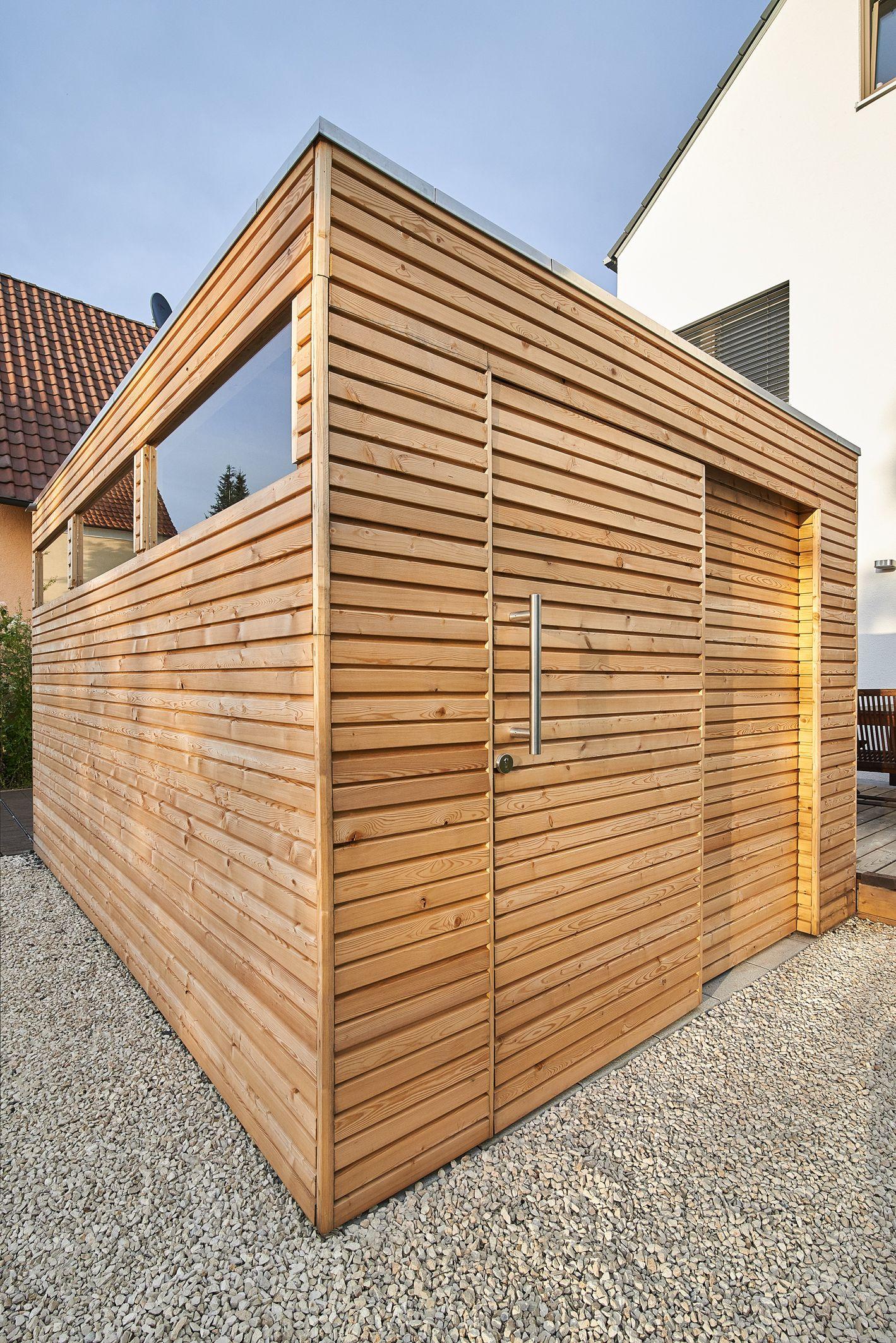 Design Gartenhaus mit Lärchenholz, Glasausschnitten und