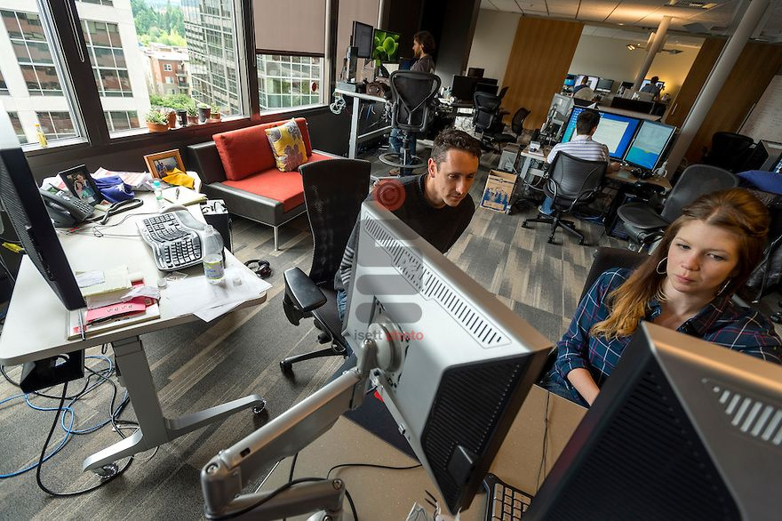 Valve Office Mobile Desks Fluid Open Es Where The Team Can Move Around